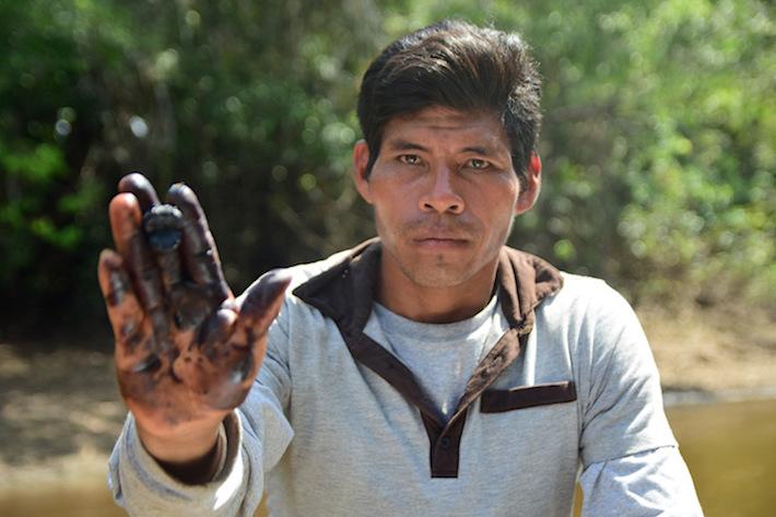 Un poblador kukama de Cuninico muestra los estragos del derrame en el ecosistema que lo rodea. Foto: Copyright © Daniel Martínez-Quintanilla.
