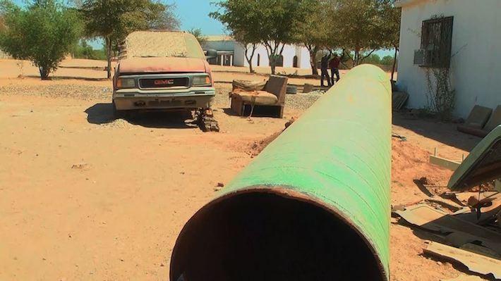 El trozo que los yaquis arrancaron al gasoducto Guaymas-El Oro, detrás de las oficinas de la Guardia Tradicional Yaqui. Foto: Rodrigo Soberanes.
