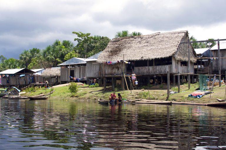 La comunidad nativa de Cuninico, en la Amazonía peruana, resultó afectada por el derrame de petróleo ocurrido en el año 2014. Foto Sophie Pinchetti / Instituto Chaikuni.