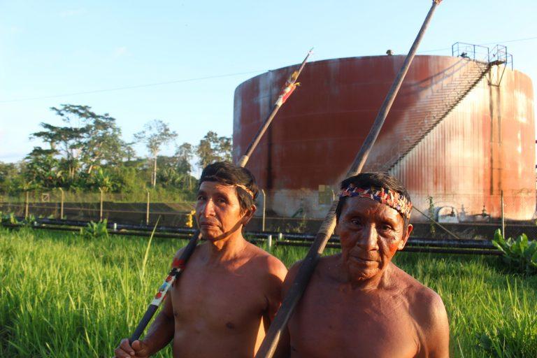 Guiados por los pueblos indígenas de Sucumbíos golpeados por la explotación petrolera, los waos se sumaron a un 'tour tóxico' para explorar el impacto de la contaminación en otras comunidades de la Amazonía. Foto: Daniela Aguilar