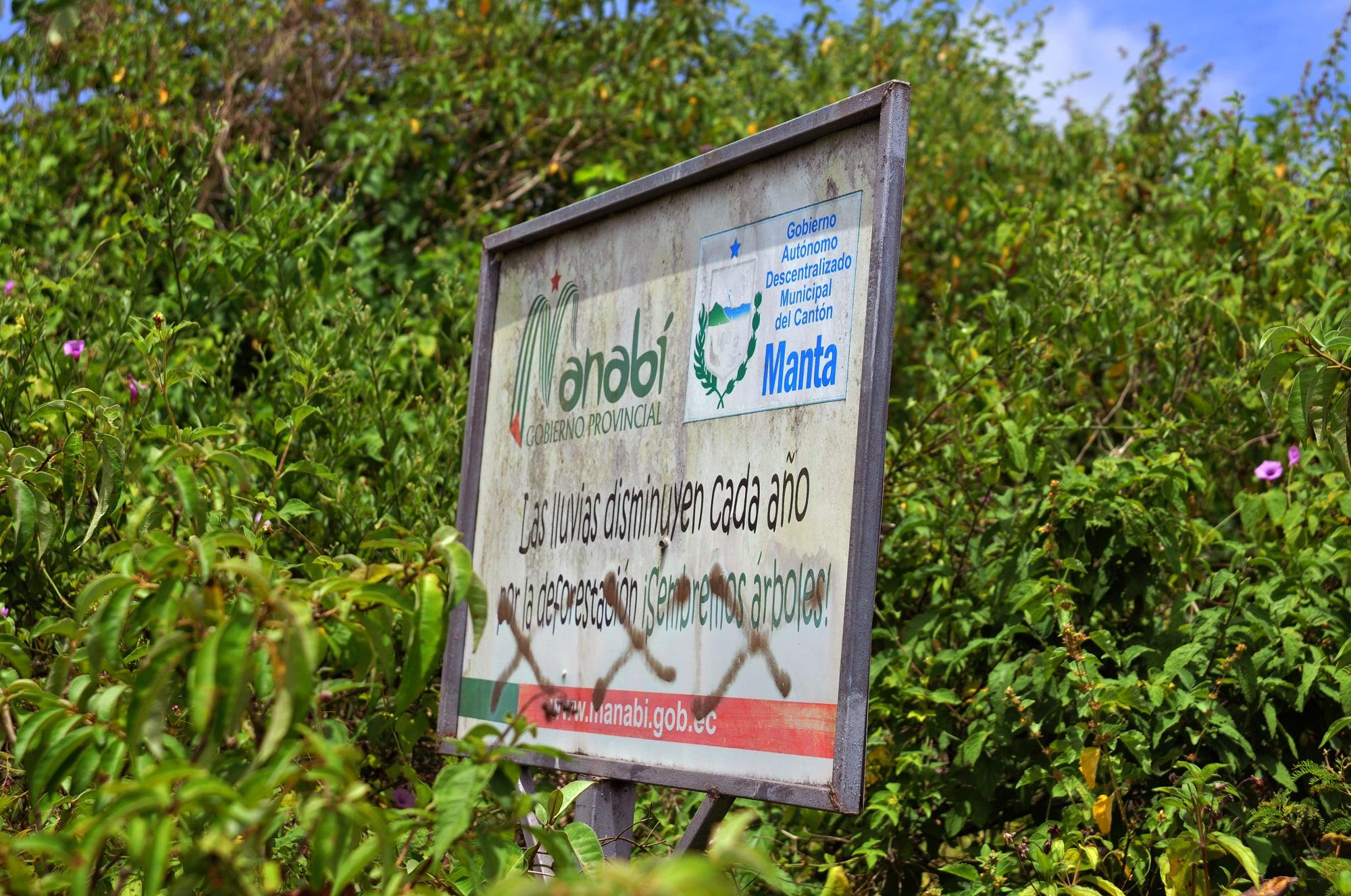 En la vía de acceso a Pacoche hay letreros que enfatizan en el cuidado al medio ambiente. Uno de ellos relaciona la deforestación con la escasez de lluvias. Foto: Génesis Lozano.