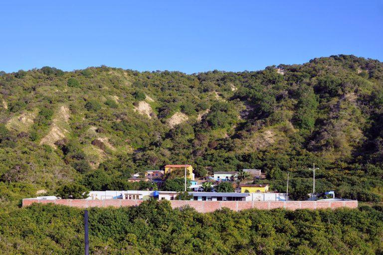 Liguiqui está conformado por decenas de casas y está situado en la cima de una elevación frente al mar. Foto: Génesis Lozano.