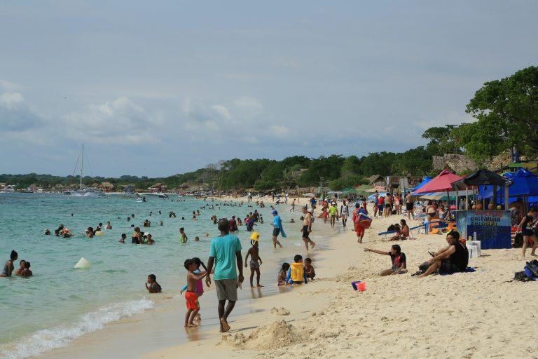 Miles de turistas llegan diariamente a Playa Blanca atraídos por su arena tersa y sus aguas cristalinas. Aunque la capacidad de carga es de 3124 personas diarias, muchas veces llegan hasta 14 000. Foto: Ministerio de Ambiente.de Colombia