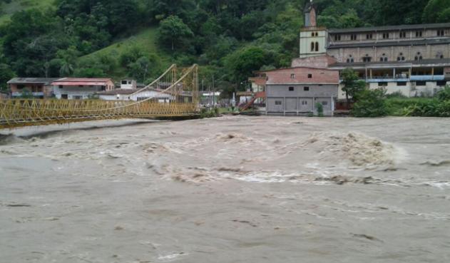 El 12 de mayo las aguas del río Cauca inundaron la población de Puerto Valdivia. El puente que se ve en la imagen horas después quedó completamente destruido. Foto: Twitter.