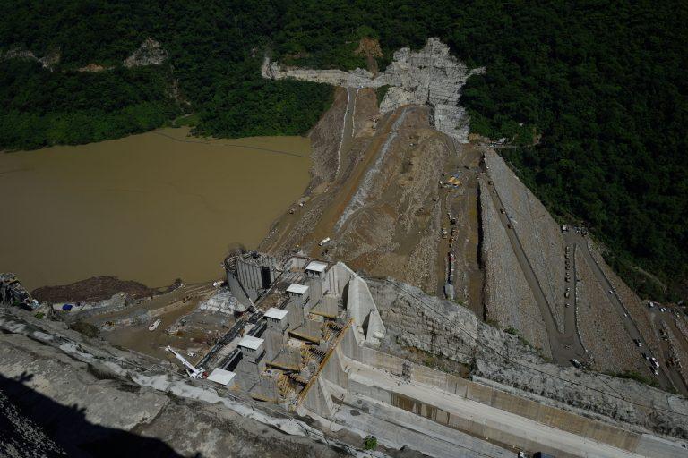 Hidroituango sigue en alerta máxima. La obra está en riesgo y con ella más de 130 000 persoans que podrían perderlo todo si la represa falla y el río Cauca inunda sus comunidades. Foto: EPM