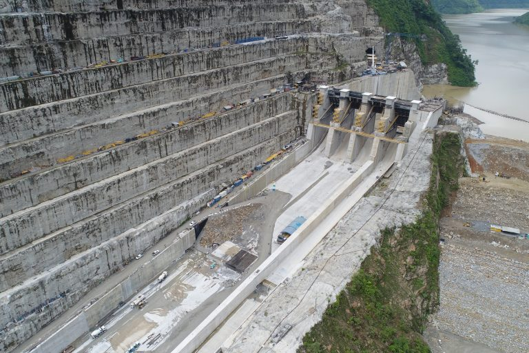 EPM espera que el agua pueda bajar por los vertederos que se ven en la imagen y así minimizar el riesgo que viven hoy miles de personas aguas abajo del río Cauca. Foto: EPM.