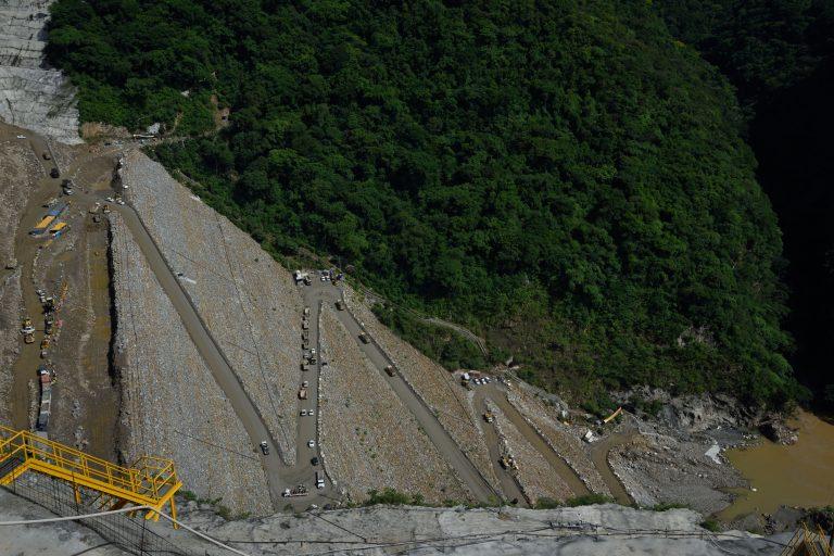 La situación fue tan grave que en un momento los caminos de acceso para maquinaria también empezaron a recibir agua proveniente del río Cauca. Foto: EPM