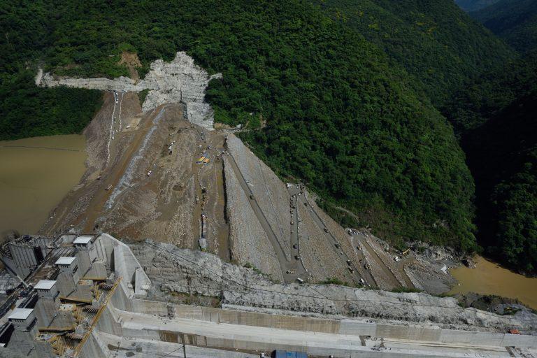 EPM ha corrido contrarreloj para terminar alcanzar el nivel mínimo de construcción de la presa y que así el agua pueda descender por el vertedero. Foto: EPM.
