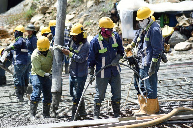 Miles de trabajadores han expuesto sus vidas para evitar una catástrofe sin precedentes en Colombia. Foto: EPM.