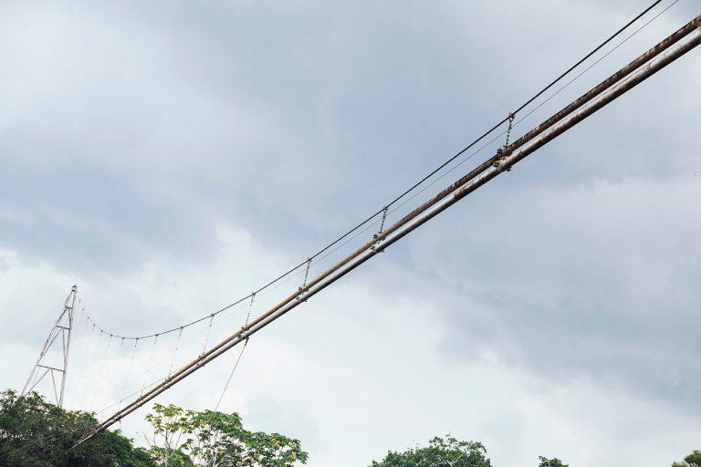 El petróleo está presente en la comunidad de San José de Wisuyá. En la imagen se aprecia un Oleoducto de PetroAmazonas que cruza el río San Miguel en camino a Wisuyá. Foto: Mateo Barriga Salazar.