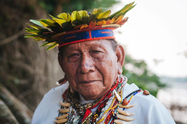 Taita Humberto Piaguaje, de la comunidad de San José de Wisuyá, al lado del Río Putumayo en marzo de 2018. Foto: Mateo Barriga Salazar.