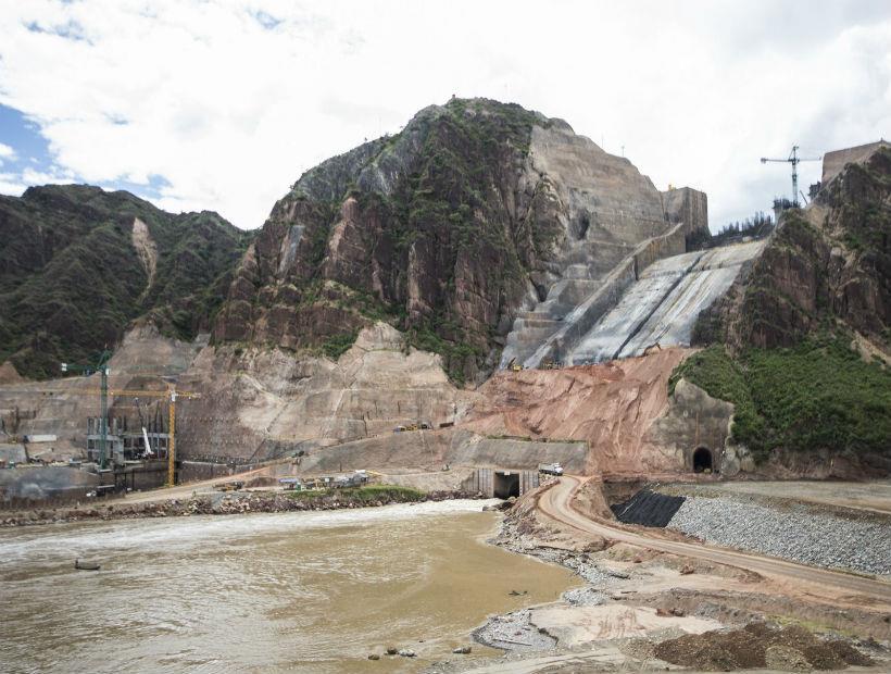 Esta es la hidroléctrica de El Quimbo , en el departamento del Huila, cuando estaba en etapa de construcción. La obra ha sido duramente cuestionada por no haber recogido la biomasa antes del llenado del embalse. Foto: Emgesa.