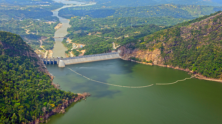 La hidroléctrica de Sogamoso, en el departamento de Santander, también es una gran obra entregada recientemente. La temporada de lluvias de este año obligó a abrir compuertas, lo que afectó la pesca aguas abajo. Foto: Isagen.
