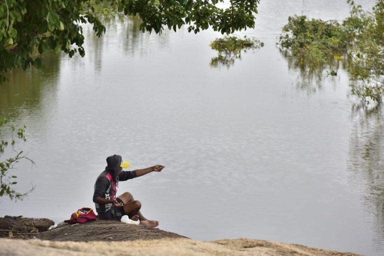 Habitante de la región pesca a orillas del río Bita. Foto: Ministerio de Ambiente de Colombia.