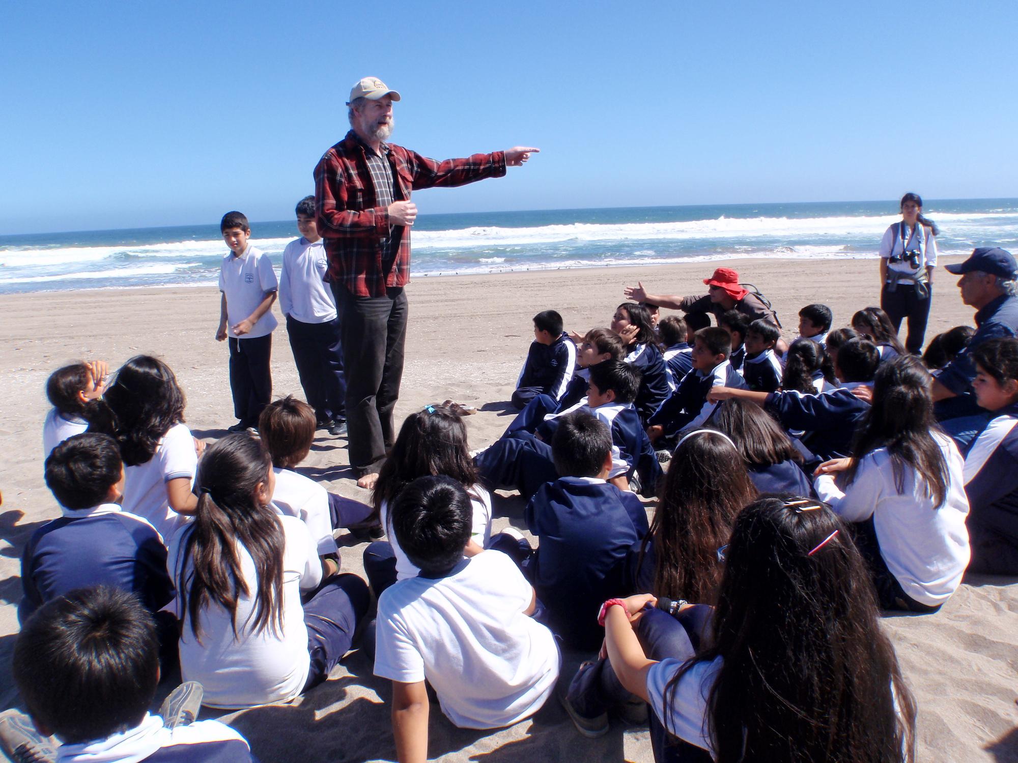 """El científico Martín Thiel desarrolla el programa de ciencia ciudadana """"Científicos de la Basura"""", junto con escolares y profesores de Chile. Foto: Ivan Hinojosa"""