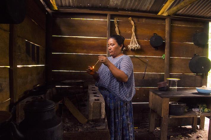 María Cuc Choc, lideresa indígena MayaQ'eqchi',en la cocina de su casa, en el barrio La Unión de la ciudad El Estor. La defensora construyó sola su vivienda después de ser desalojada en el 2009. Foto: Jessica Guifarro.