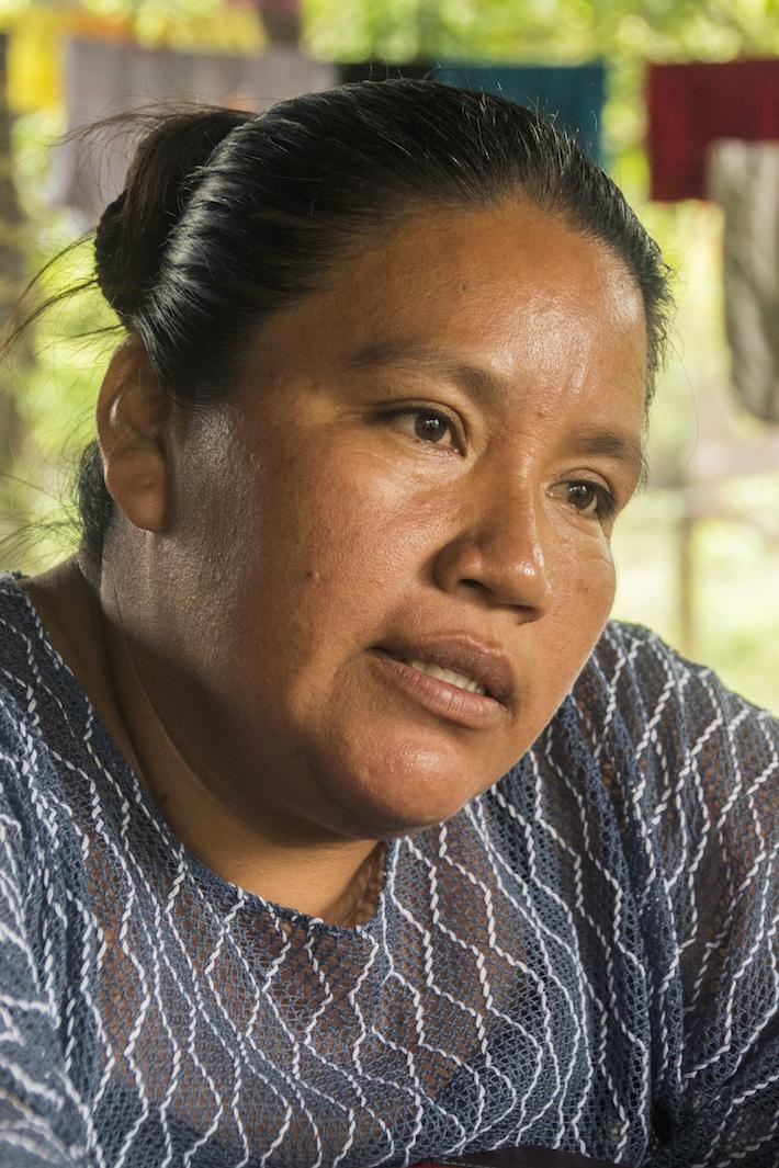 Laactivista Q'eqchi' María Choc durante la entrevista con Mongabay Latam realizada en su casa,en el barrio La Unión de la ciudad El Estor. Foto: Jessica Guifarro.