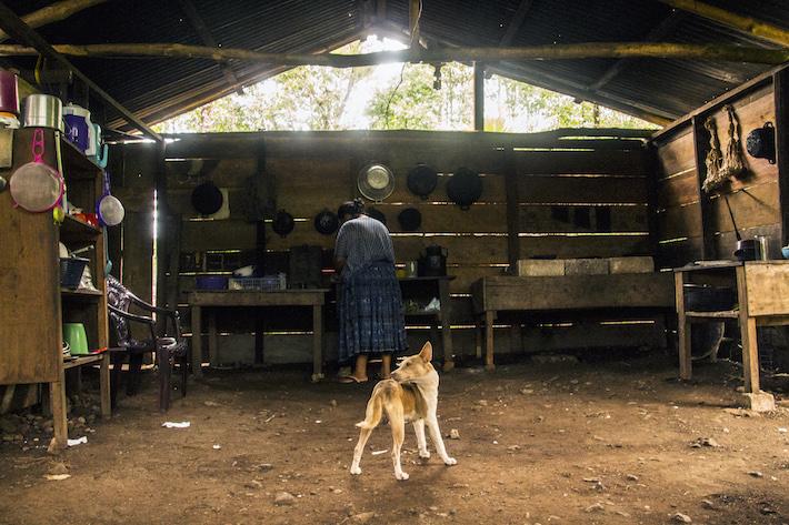 María Cuc Choc, lideresa indígena MayaQ'eqchi',en la cocina de su casa. Foto: Jessica Guifarro.
