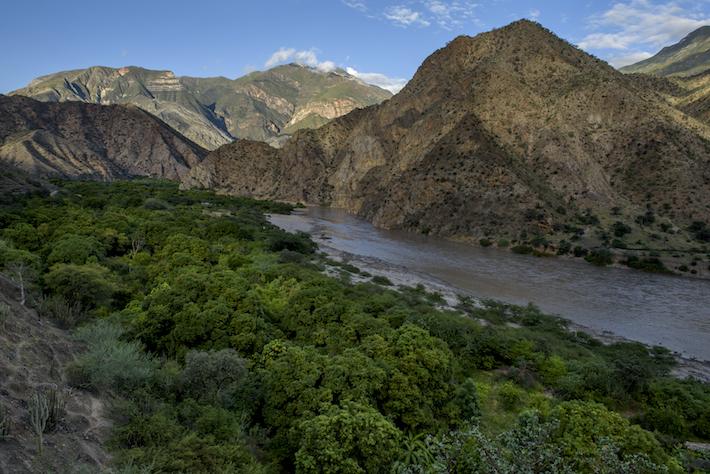 Los paisajes que brindan los bosques secos del Marañón, una combinación entre escenarios rocosas y vegetación, son de los principales atractivos del área. Crédito: Michell León / Naturaleza y Cultura Internacional