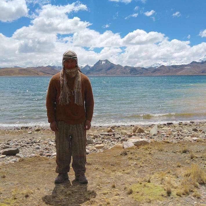 Donato Bermúdez posa frente a la laguna Sibinacocha, una de los cuerpos de agua más importantes que protegerá la ACR Ausangate. Crédito: ACCA