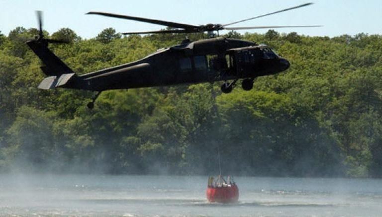 El bambi bucket es una canasta gigante que cuelga de un helicóptero y es capaz de descargar entre 420 y 660 galones de agua desde la altura y de manera controlada. Foto: Fuerza Aérea Colombiana.