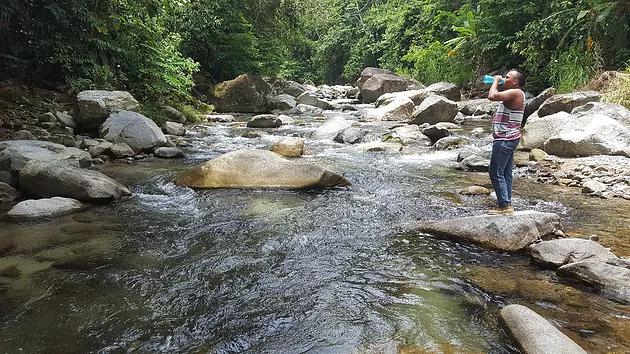 Habitante de Jilamito bebe agua del río del cual se abastecen 16 comunidades. Foto: Movimiento Amplio por la Dignidad y la Justicia (MADJ).