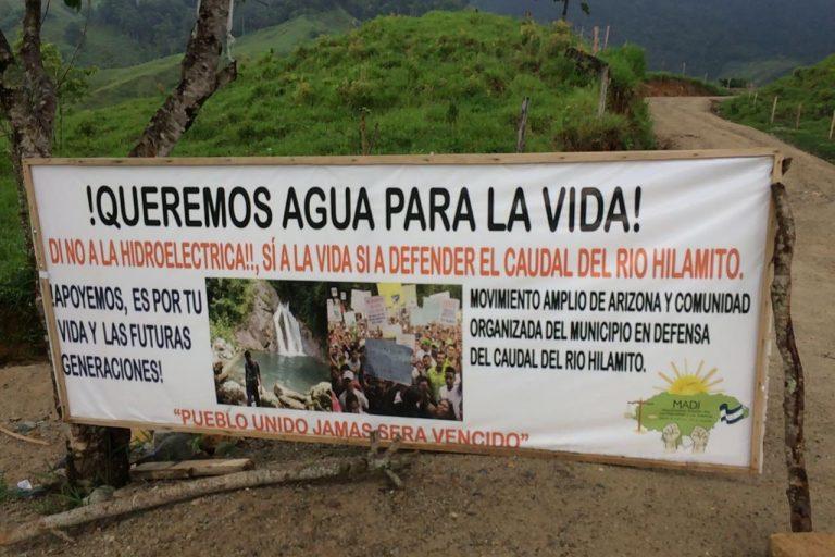 El 15 de mayo del 2017 habitantes del municipio de Arizona en el norte de Honduras establecieron un campamento para evitar el paso de maquinaria de construcción de una represa hidroeléctrica. Foto: cortesía del Consejo Cívico de Organizaciones Populares e Indígenas de Honduras (COPINH).