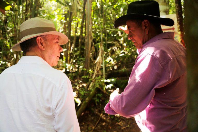 El presidente Juan Manuel Santos y José Noé Rojas, el actual dueño del predio donde se encuentra Cerro Azul y sus pinturas rupestres. Foto: Presidencia de Colombia.