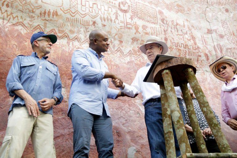 El presidente Juan Manuel Santos y el ministro de Ambiente Luis Gilberto Murillo firman la ampliación del Parque Nacional Serranía de Chiribiquete. Foto: Presidencia de Colombia
