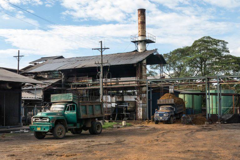 Una fábrica de producción de aceite de palma en Magdalena Medio, Colombia. Foto de Bram Ebus para Mongabay