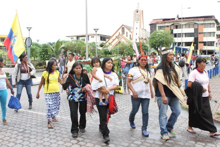 La lideresa del pueblo de Sarayacu, Patricia Gualinga (cargando niña), en una de las jornadas de la movilización de mujeres amazónicas que partió en Puyo, Pastaza, y que llegó a Quito, en marzo pasado. En la capital de Ecuador, exigieron al gobierno de Lenín Moreno que se prohíban las actividades extractivas en sus territorios. Foto: Cortesía de Selvas Producciones.