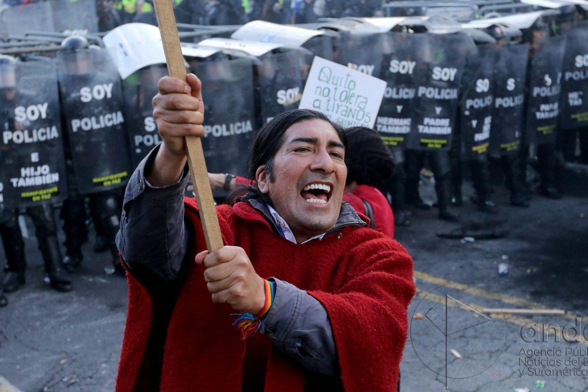 Yaku Pérez Guartambel, presidente del Movimiento de los Indígenas del Ecuador (Ecuarunari), en una protesta ciudadana registrada en diciembre de 2015. Foto: Agencia Pública de Noticias del Ecuador y de Sudamérica (Andes). César Muñoz.