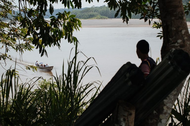 Actores armados ilegales obligan muchas veces a los indígenas a que los transporten de un lado al otro del río Putumayo. Foto: Brian Parker.