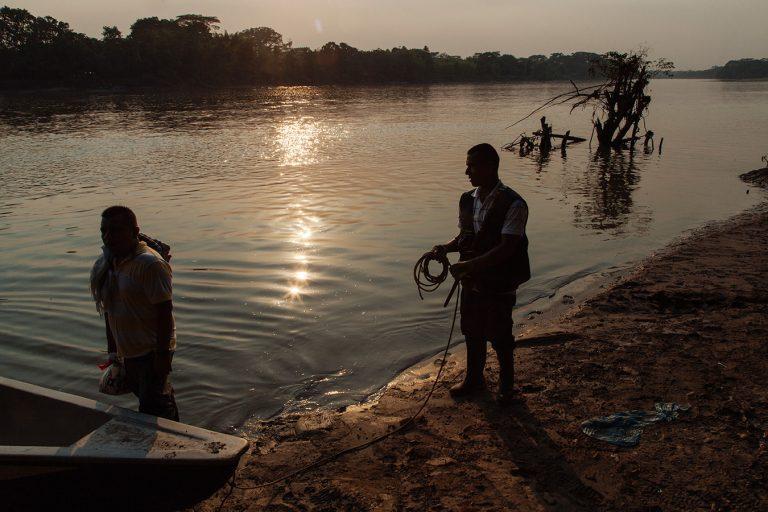 El río Putumayo ha sido testigo del conflicto armado y de las actividades extractivas, sobre todo petroleras, que se realizan en esta zona de la Amazonía. Foto: Brian Parker.