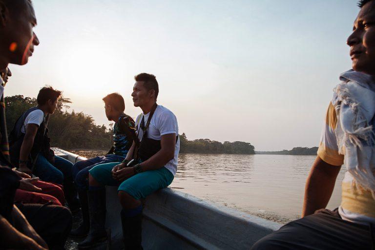 Indígenas Siona cruzan el río Putumayo. Foto: Mateo Barriga Salazar.