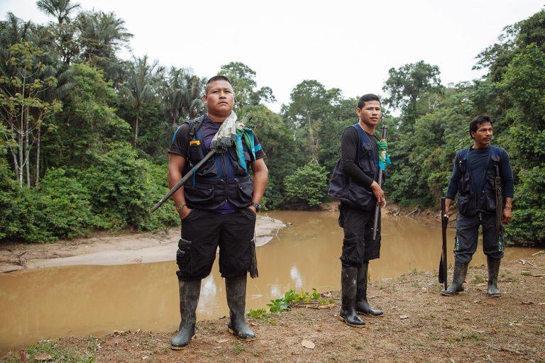 La guardia indígena Siona intenta defender su territorio, pero los palos que usan como defensa no se comparan con las poderosas armas de fuego de los grupos ilegales. Foto: Mateo Barriga Salazar.