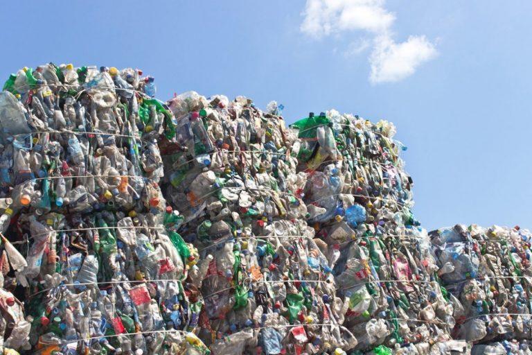 Varios países de América Latina están promoviendo leyes nacionales y locales para enfrentar el problema por contaminación de plásticos de un solo uso. Foto: Alto Nivel