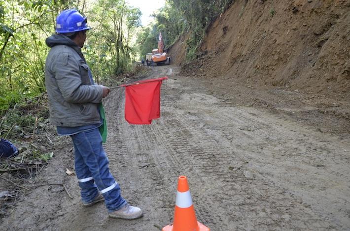 Los obreros de la empresa china Sinohydro trabajan en la ampliación del camino de tierra que será el principal hacia la represa de la hidroeléctrica Ivirizu. Foto: Miriam Jemio.