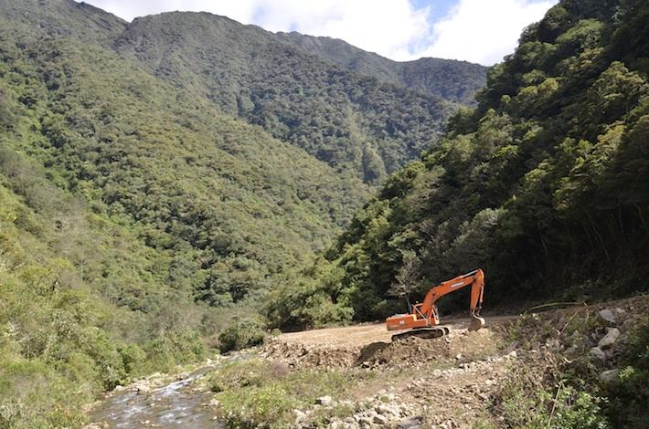 El paisaje del Parque Carrasco, el río y los trabajos de ampliación de la vía. Foto: Miriam Jemio.