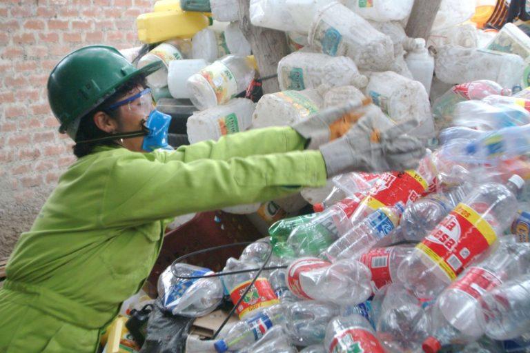 Especialistas proponen que también se regule sobre los envases de plástico. Foto: Agencia Andina.
