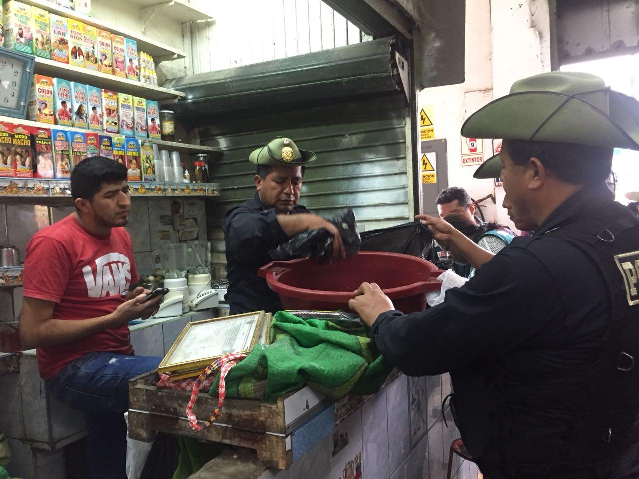 Los administradores de los stands fueron detenidos por el delito de tráfico ilegal de especies de flora y fauna silvestre protegida Foto: Dirección del Medio Ambiente de la Policía Nacional.