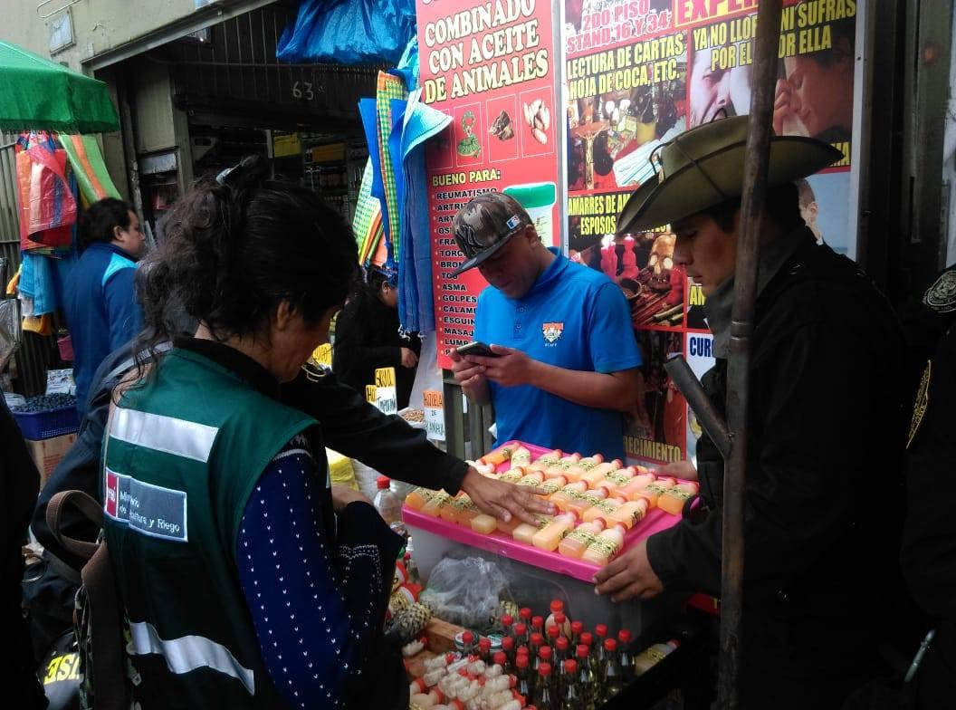 Personal de diversas instituciones participaron en mega operativo que se realizó en galería de Lima. Foto: Dirección del Medio Ambiente de la Policía Nacional.