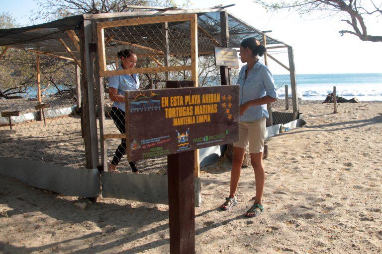 Las rangers Yajaira Vargas y Karen Lacayo en el vivero de la playa de El Ostional, donde trabajan cada día.El Ostional, Nicaragua, Abril 2018