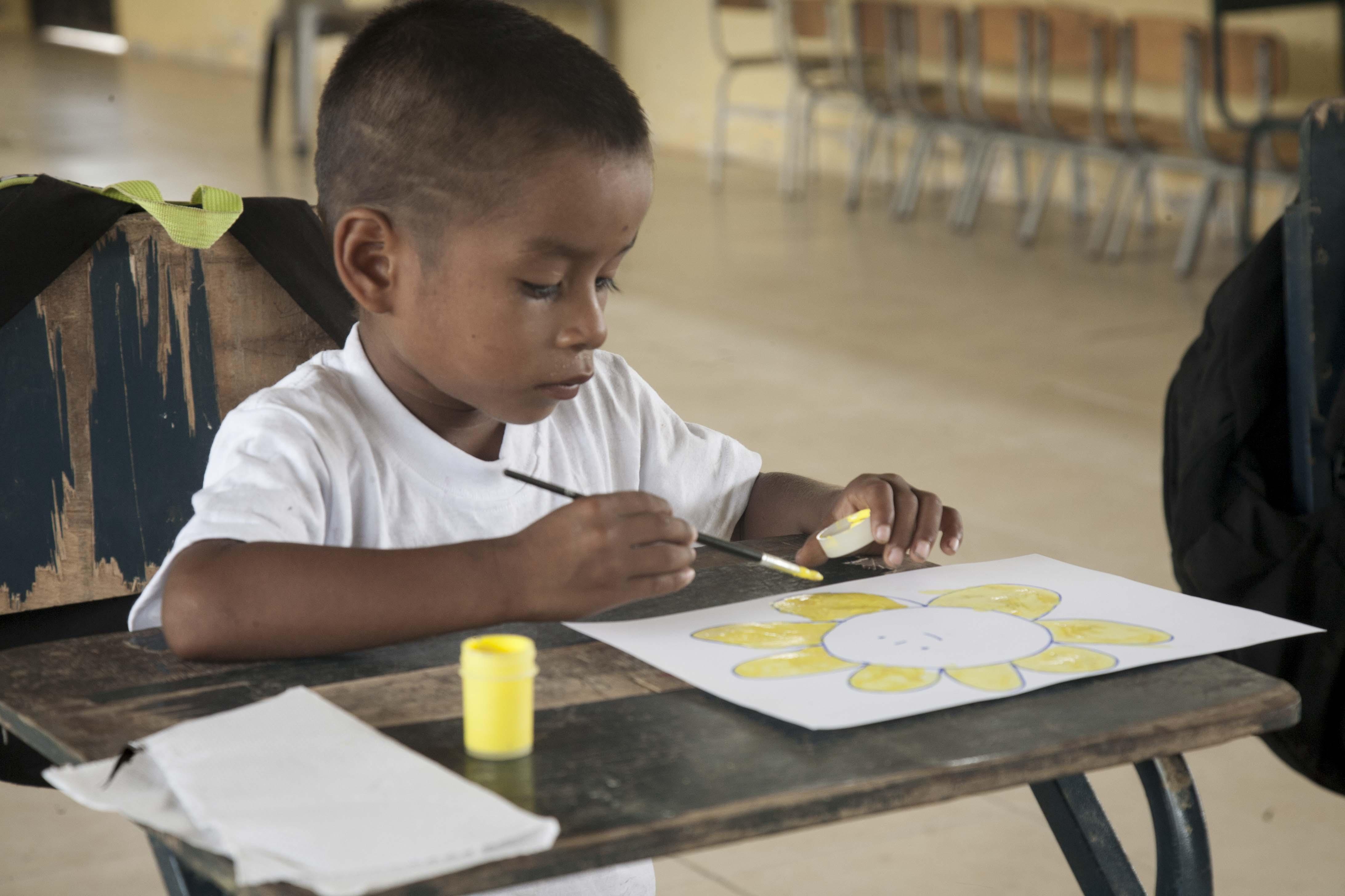 Escolares de la comunidad indígena Zancudo Cocha disfrutan dibujando la naturaleza de sus bosques. Foto: WWF Ecuador
