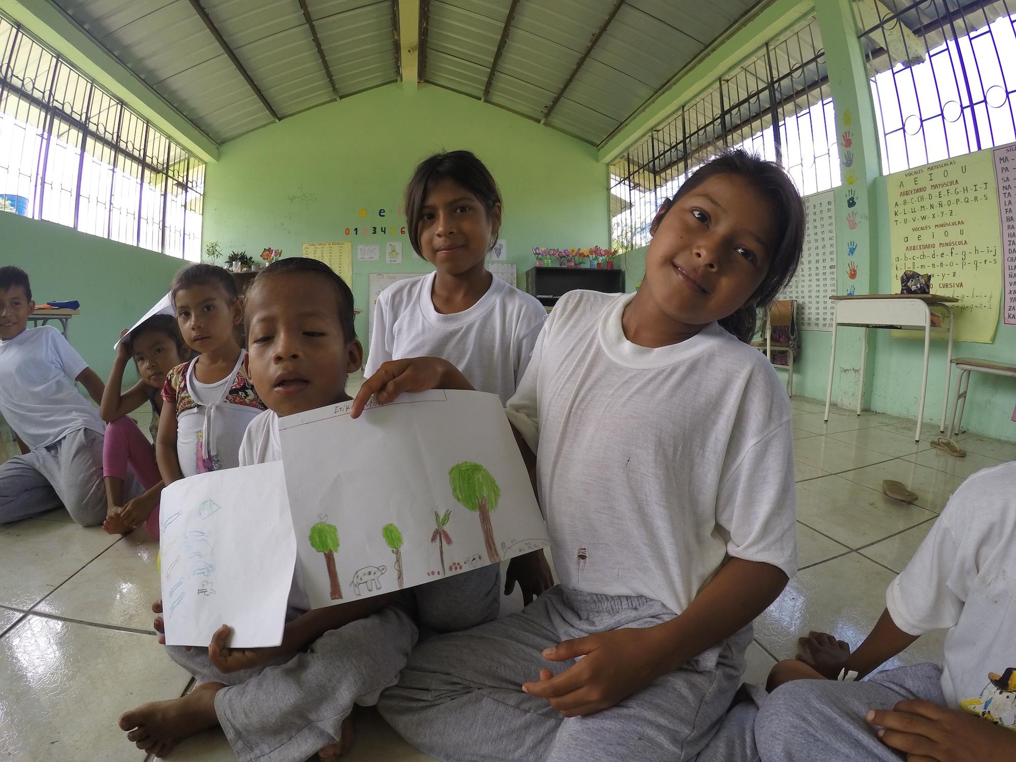 Los niños conocen la biodiversidad de sus bosques porque salen a recolectar y cazar con sus padres y abuelos. Foto: WWF Ecuador.