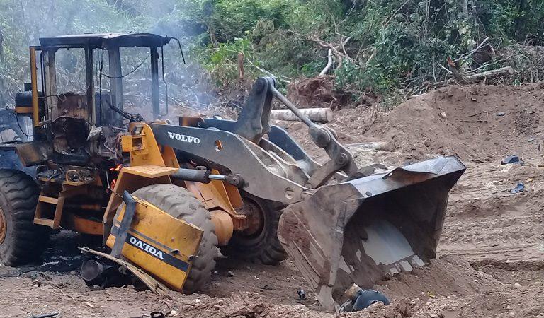 La policía reaccionó y destruyó el equipo en el campamento y detuvo a cinco personas sospechosas de haber participado en la minería ilegal, uno de las principales amenazas para las comunidades y la biodiversidad en Madre de Dios. Foto: FENAMAD