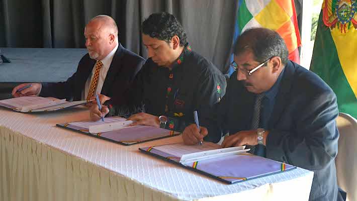 El director de YPFB y el director ejecutivo de Cancambria firman el convenio para la exploración de gas no convencional. Foto: YPFB