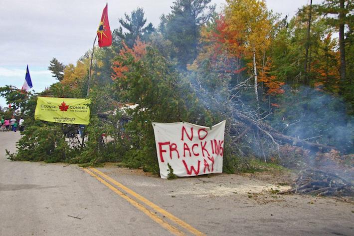 Protesta contra una compañía que explora las oportunidades de fracking cerca de la Primera Nación Elsipogtog en New Brunswick, Canadá. La policía allanó el campamento de protesta en octubre de 2013, arrestando a 40. Foto: Belinda Levi.