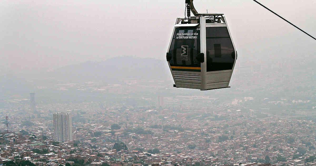 La capa de poluciónsobre Medellín en 2017 se podía ver desde el teleférico. Foto: Revista Semana