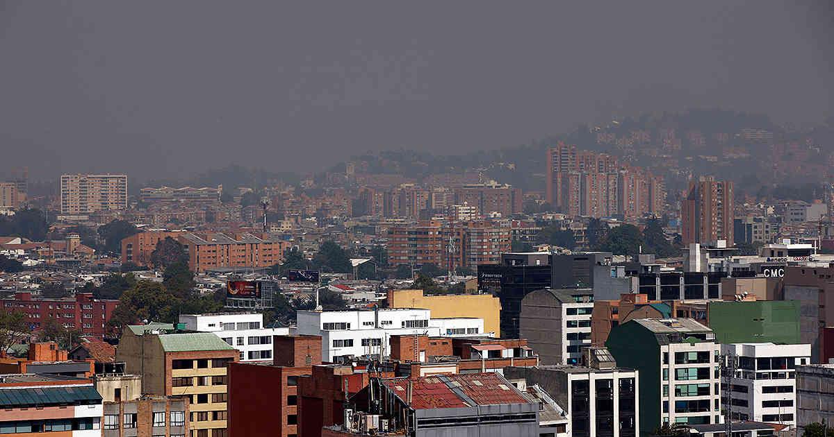 La contaminación del aire en Bogotá se hace visible sobre los cerros de Suba en el noroccidente de la capital colombiana. Foto: Revista Semana